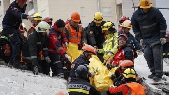 Terremoto in Albania: tra le vittime i corpi di una madre ed i suoi tre figli abbracciati