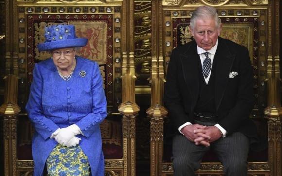 La Regina Elisabetta potrebbe dimettersi, Carlo presto Re?