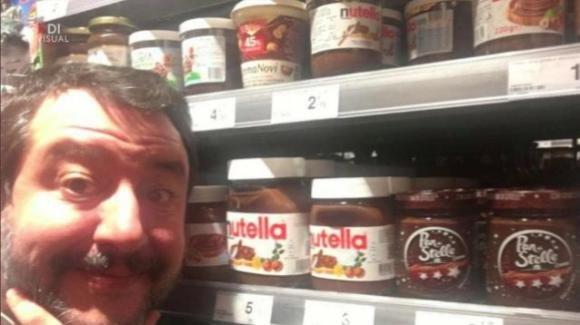 Matteo Salvini cambia idea e per addolcire la giornata mangia pane e Nutella