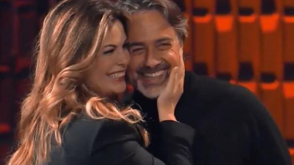 """""""20 anni che siamo italiani"""", la Incontrada invita suo marito sul palco: """"Lui mi disse devi sorridere dei tuoi difetti"""""""