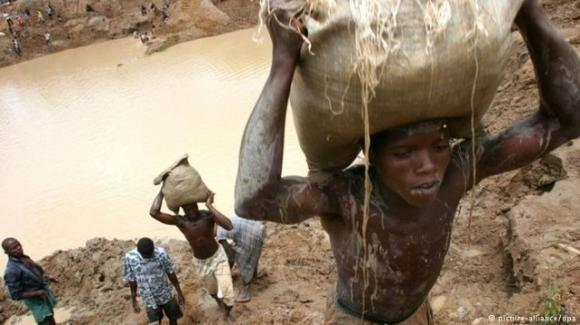Dopo lo sfruttamento dei minori nelle miniere in Congo, le famiglie chiedono giustizia