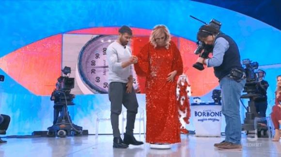 """""""U&D"""" over: Tina ingrassata rifiuta di pesarsi, poi ci ripensa e dichiara: """"E' colpa del vestito"""""""