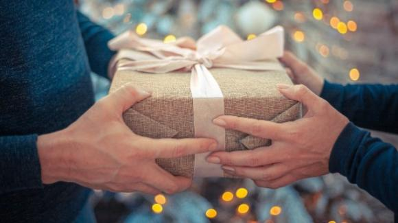 Più di un terzo degli italiani ricicla i regali di Natale, risparmiando 3,3 miliardi di euro
