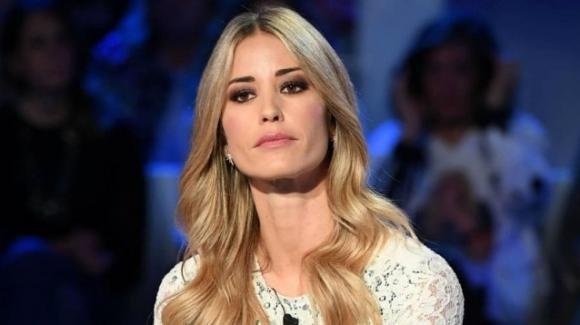 Elena Santarelli risponde una volta per tutte alle domande invadenti dei fan