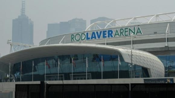 Australian Open, gli incendi in Australia provocano disagi: numerosi match rinviati e tennisti costretti al ritiro