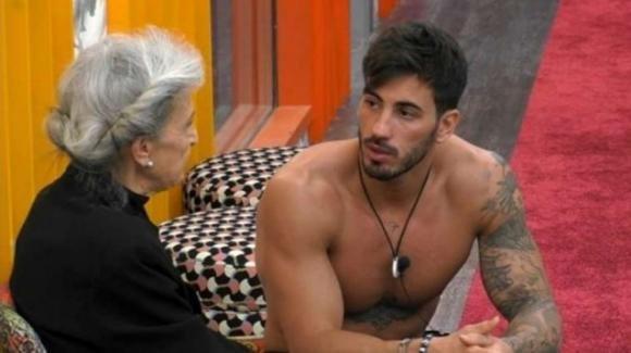 """Grande Fratello VIP, Ivan Gonzalez confessa alla Alberti: """"Mia sorella era mia madre"""""""