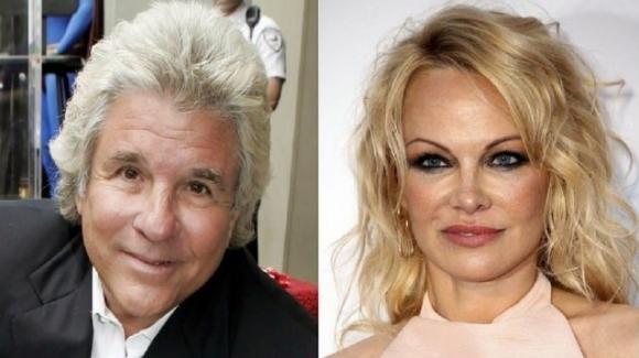 Pamela Anderson si è sposata per la quinta volta, ha detto sì al 74enne Jon Peters