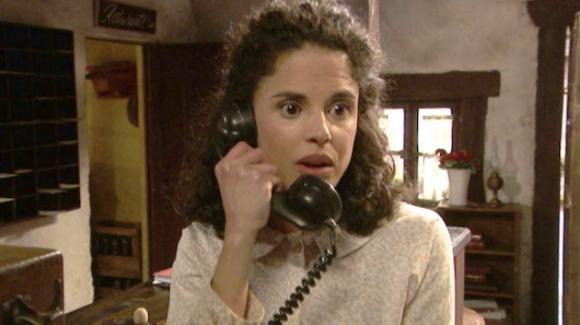 Il Segreto, anticipazioni 29 gennaio: Esther riceverà una misteriosa telefonata