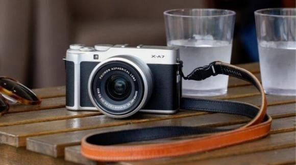 Fujifilm X-A7: in commercio la mirrorless compatta dal cuore smart