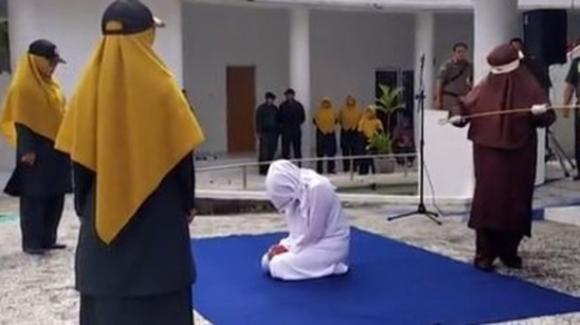 Indonesia: donna frustata in pubblico dopo una denuncia