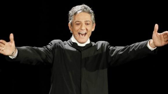 Sanremo 2020, Fiorello si veste da Don Matteo e apre la settantesima edizione attaccando Salvini e Di Maio