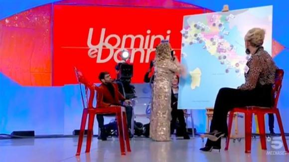 Uomini e Donne over, Tina Cipollari presenta la mappa degli amori di Gemma Galgani