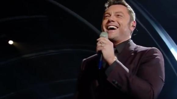 Sanremo 2020, Tiziano Ferro omaggia Mia Martini e si commuove dopo aver stonato. Presto è arrivato il messaggio di scuse