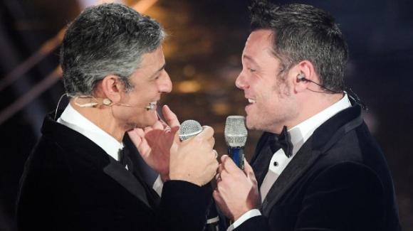 """Festival di Sanremo, Fiorello e Tiziano Ferro cantano """"Finalmente Tu"""" e si scambiano un bacio"""