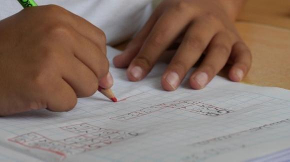 """La falsa giustificazione di un bambino diventa virale: """"Non appotuto fare i compiti"""""""