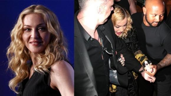Madonna non riesce a camminare, i bodyguard la sorreggono