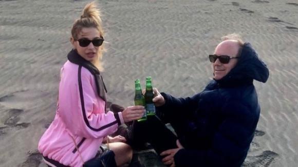 Clizia Incorvaia pubblica una foto sulla spiaggia con un uomo misterioso