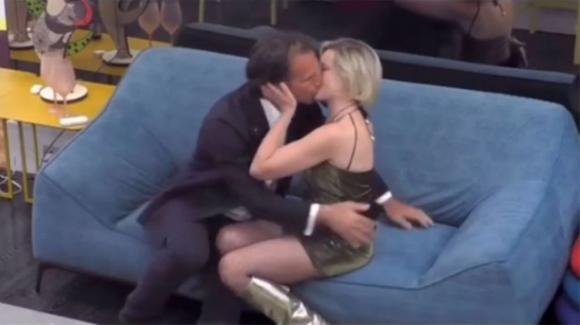 GF Vip, bacio passionale tra Antonio Zequila e Antonella Elia. Il web esplode