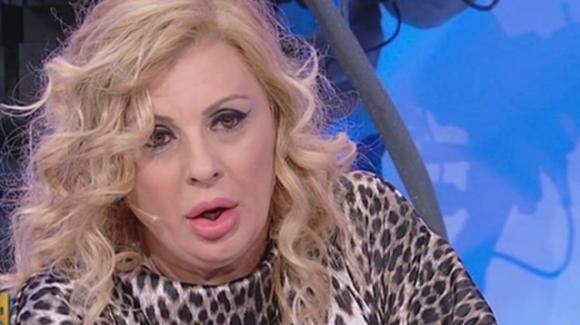 """U&D over, Maria De Filippi bacchetta Tina: """"Sembri una maniaca ses****e!"""". Imbarazzo in studio"""
