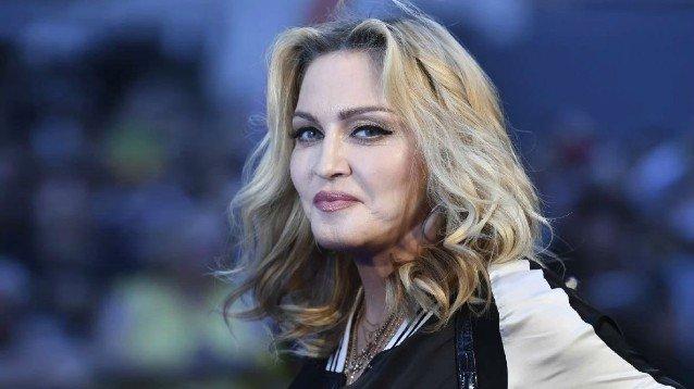 Madonna: in lacrime sul palco a Parigi