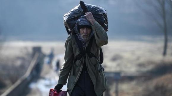 Crisi dei rifugiati: pugno duro tra Turchia e UE intrappola migliaia di profughi siriani