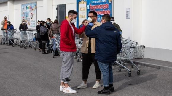 Coronavirus, supermercati presi d'assalto durante la notte nonostante il governo assicuri l'approvvigionamento alimentare