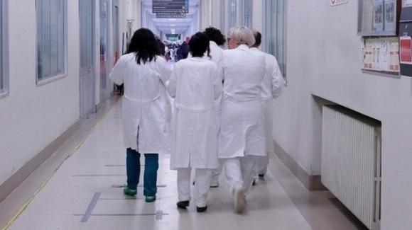Coronavirus, festa con brindisi in ospedale a Roma: 9 medici contagiati