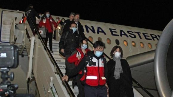 """Coronavirus, i medici cinesi giunti in Italia: '""""Troppe persone per strada, comportamenti da migliorare'"""""""