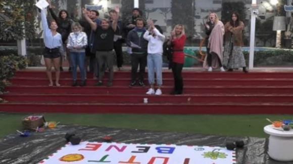 GF Vip, i concorrenti fanno un flash mob emozionante
