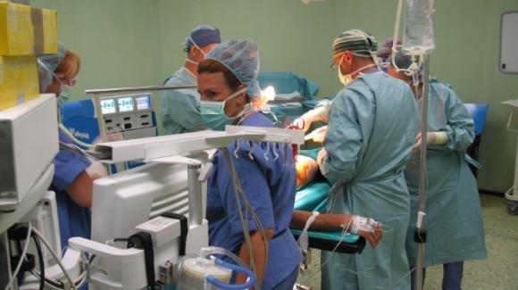 Aosta, positivo al coronavirus nasconde i propri sintomi e contagia 12 medici: rischia fino a 12 anni di carcere