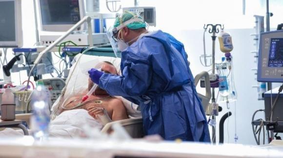 """14 medici vittime del coronavirus: """"Nudi contro il virus"""""""