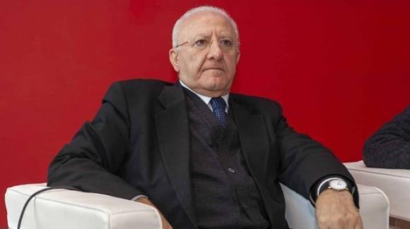 Vincenzo De Luca minaccia di mandare i carabinieri col lanciafiamme nelle feste di laurea
