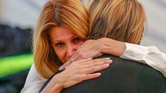 Grande Fratello Vip, Adriana Volpe si ritira per la morte del suocero