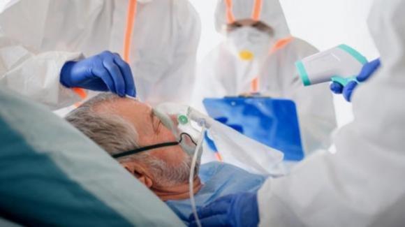 Coronavirus: medico benedice un moribondo e gli mette in mano il Rosario