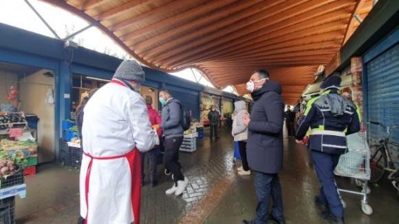 Bari, tensione al mercato tra venditori e vigili urbani per i troppi assembramenti. Blitz del sindaco Decaro