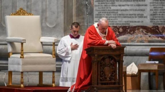 """Papa Francesco: """"Le nostre certezze si stanno sgretolando, ma Dio continua a chiederci di mostrare coraggio""""."""