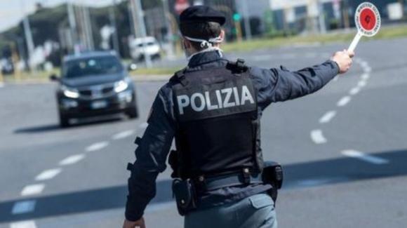 Torino, uomo cerca di sfuggire al controllo della polizia sfrecciando a 140km/h su uno scooter, poi viene arrestato.