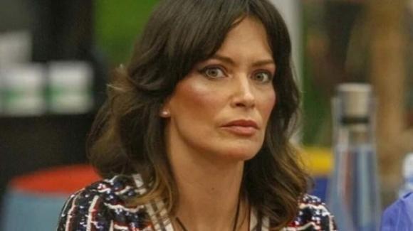 Fernanda Lessa nella bufera dopo il gesto con le forbici: l'attacco di Deianira Marzano