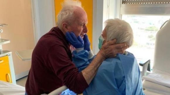 Giorgio e Rosa, sposati da 52 anni e divisi dal coronavirus, si riabbracciano in reparto grazie ai medici