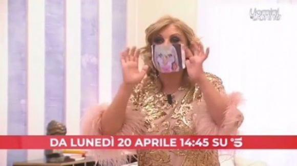 Uomini e Donne, anticipazioni puntata 20 aprile: Tina Cipollari indossa una mascherina con il volto di Gemma Galgani