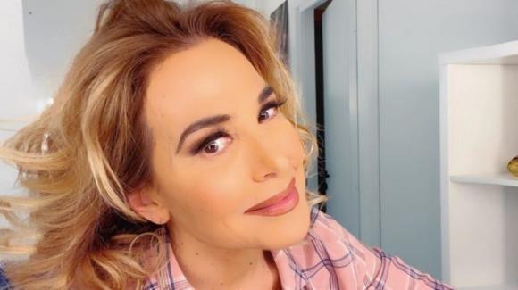 Barbara D'Urso e le sue serate da single in quarantena: le critiche degli haters