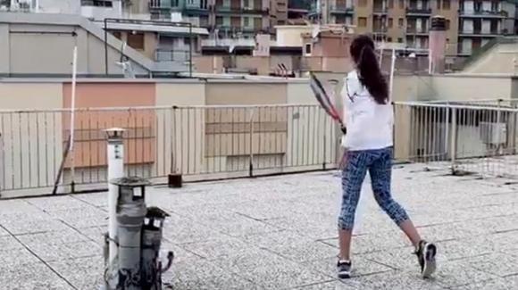 Savona, due ragazze giocano a tennis sui tetti: il video fa il giro del mondo