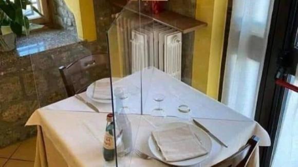Coronavirus: designer inventa il covid table, barriera in plexiglass per i tavoli del ristorante