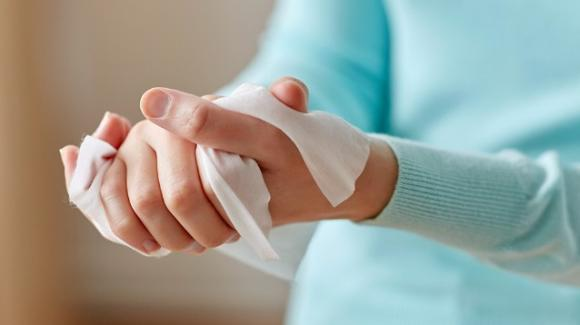 Meglio asciugare le mani con la carta piuttosto che con l'aria calda