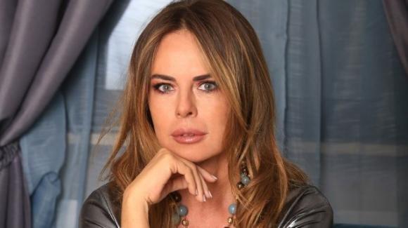 Paola Perego, infortunio domestico: costretta all'uso delle stampelle
