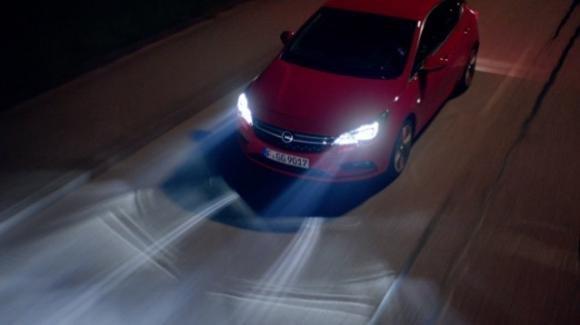 Opel Astra monterà i fari adattivi IntelliLux LED Matrix che si adeguano alla presenza degli ostacoli
