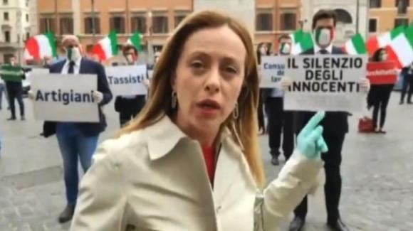 """Coronavirus, Giorgia Meloni manifesta davanti a Palazzo Chigi: """"Le attività non sono codici, sono vite"""""""
