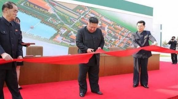 Corea del Nord, Kim Jong-un è vivo e riappare in pubblico dopo tre settimane