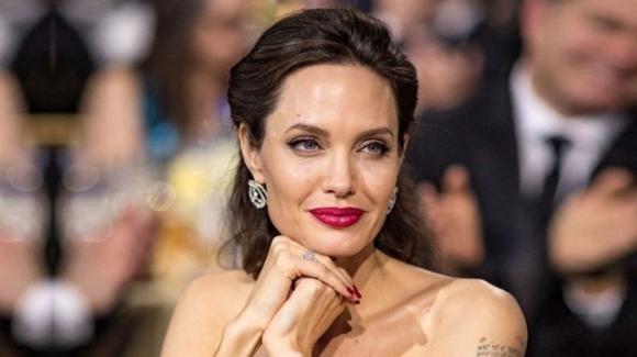 Angelina Jolie, il commovente omaggio alla defunta madre e a tutte le mamme