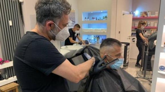 Coronavirus, le nuove regole: parrucchieri e barbieri aperti anche la domenica e il lunedì